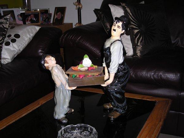 chaplin y el niño en yeso pintado