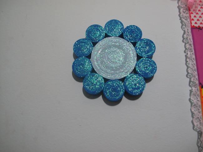 Flor de filigrana con goma eva, para usar de posavasos, adorno o solo dejar objetos encima.