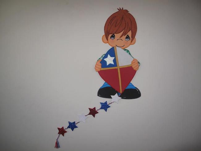 Niño y volantín de Goma eva, adorno de Fiestas Patrias.